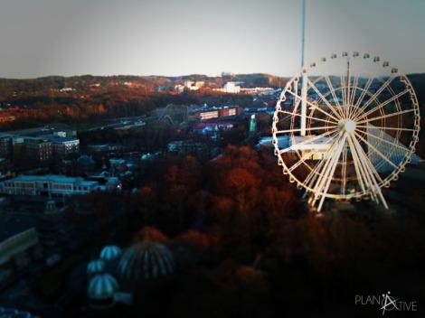 Ausblick von der Bar Heaven 23 im 23 Stock der Gothia Towers in Göteborg auf den Vergnügungspark Liseberg