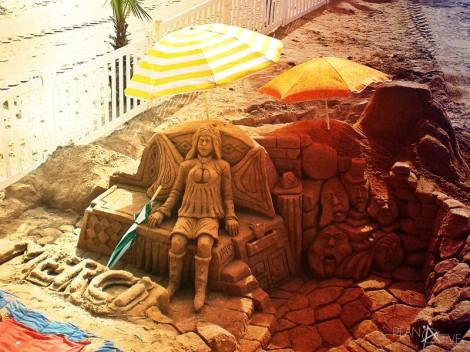 Kunstwerke aus Sand am Strand von Cannes © Planätive